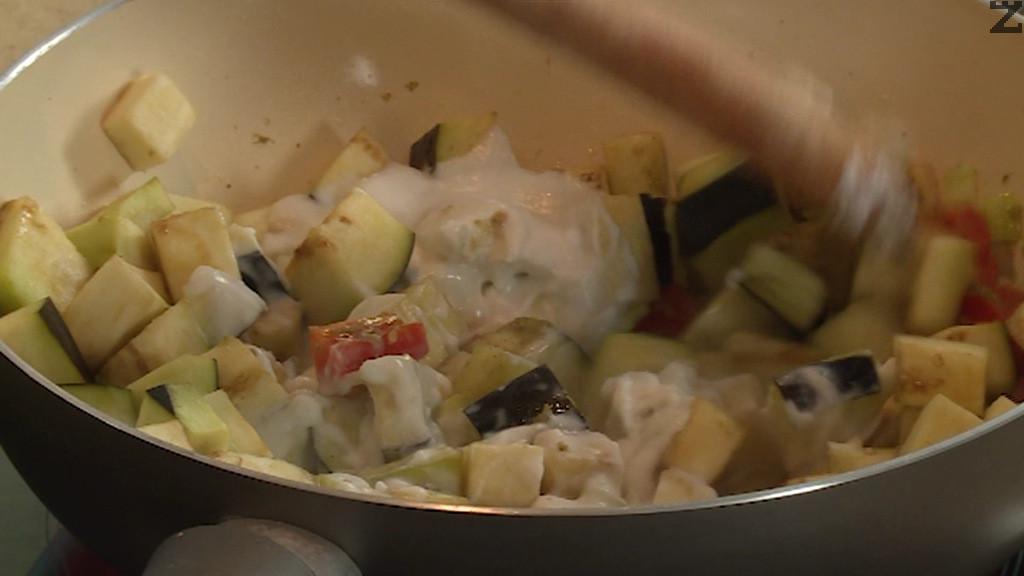 След като кипне се подправя със соев сос, захар, дребно нарязан босилек настъргана кора лайм и лимонов сок. Задушават се под капак на тих огън за 20 минути и сервират с варен ориз.