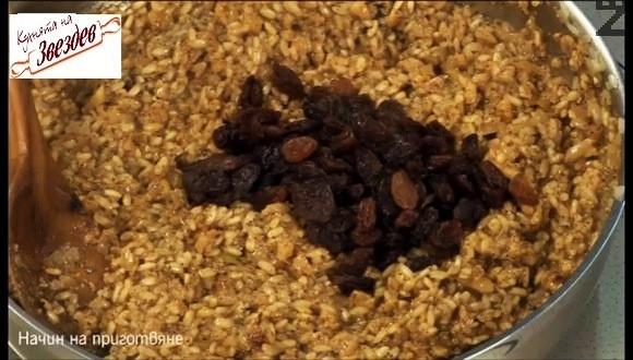 Посолява се и къкри, докато оризът поеме водата. Подправя се с джоджен и черен пипер, изсипват се стафидите.