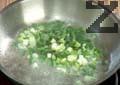 Отцеждаме спанака. Нарязваме пресен лук на ситно. Загряваме зехтин и запържваме лука за 30 сек. Нарязваме спанака и го прибавяме при лука, посоляваме и разбъркваме. Задушаваме зеленчуците за 1-2 мин.