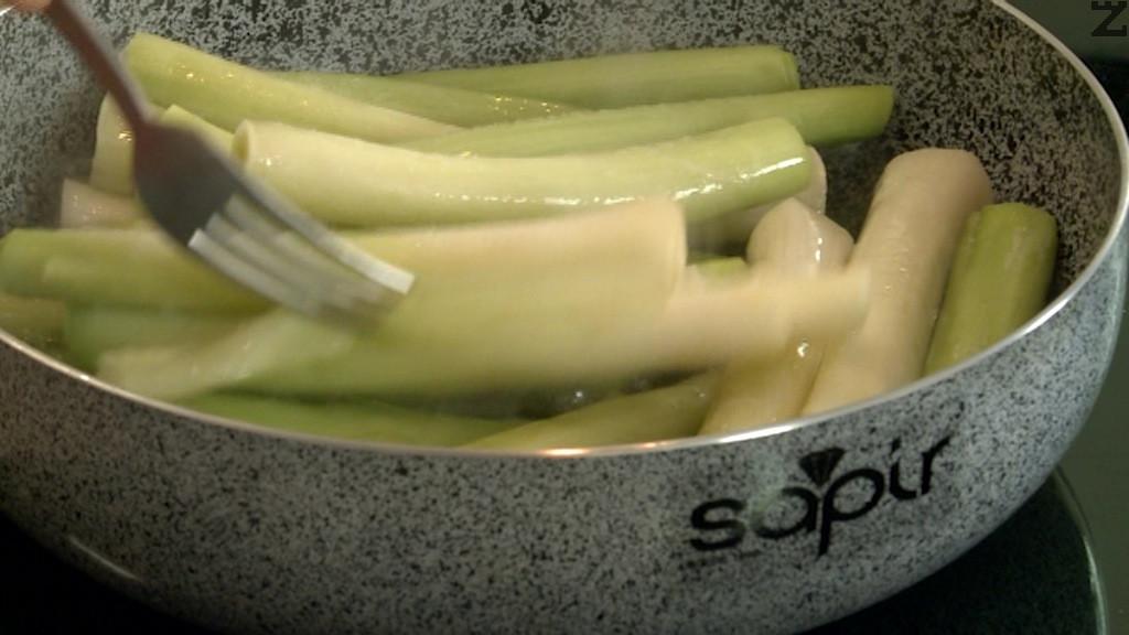Празът се почиства от външните и груби листа и се реже на две по дължина. Слага се в гореща подсолена вода за 3 минути. Изважда се и изплаква със студена вода. Отцежда се много добре като се изстисква с ръце. Нарязва се на дребно и отново се притиска с ръце да се отцеди добре. Добавя се при картофи