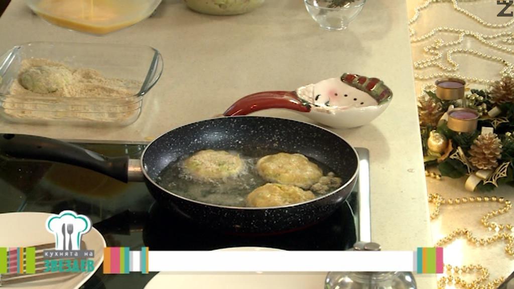 Овалват се в галета и след това в разбити яйца. Кюфтетата се пържат в добре загрято олио по една, две минути от всяка страна.