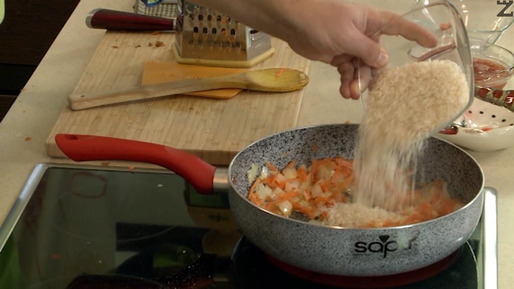 Морковите се настъргват на едро ренде, а лука се нарязва на дребно. Загрява се олио и лука се запържва за минута. Добавя се морков и след половин минута се слага ориз, пържи се докато стане стъклен.