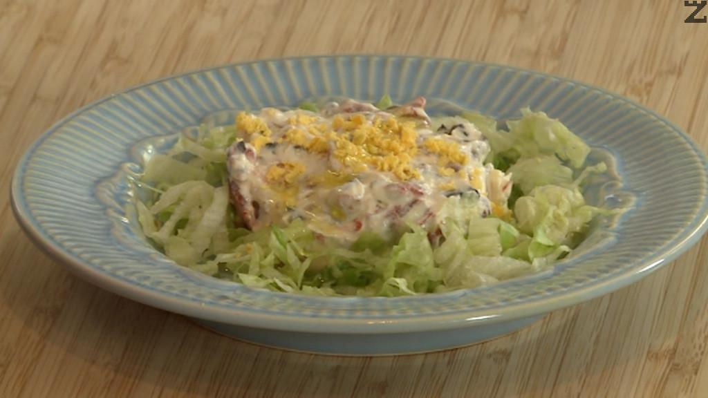 При сервиране топеницата се оформя с ринг, полива се с малко зехтин и поръсва с настърган жълтък. Около топеницата може да се накъсат зелена салата или маруля.