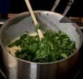 Нарязваме листа пресен магданоз на ситно и ги слагаме в соса. Поръсваме със сол и черен пипер. Поднасяме ястието със сос и печено свинско месо по желание.