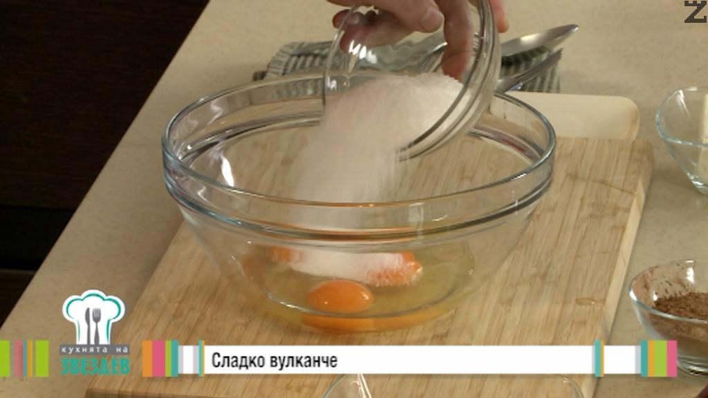 В купа се слагат яйца и се разбиват за две минути със захарта. Добавя се меко масло и разбива за още една минута на средни обороти с миксер.