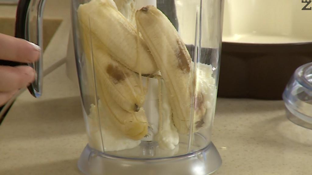 Бананите се обелват и пасират заедно с киселото мляко. Сместа се слага при разбитите яйца и хубаво се размесва.