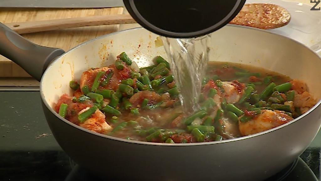 Налива се 500 мл гореща вода и слага соев сос. Ястието се оставя да се задушава на тих огън под капак за 30 минути. Накрая се подправя с дребно нарязан копър.