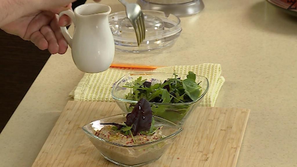 Поднася се с листа свежа салата и малко стрит лют пипер.