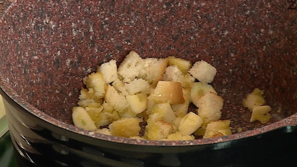 Хляба се нарязва на кубчета и добавя при чесъна, увеличава се температурата иза около минута се изчаква кубчетата да се зачервят.