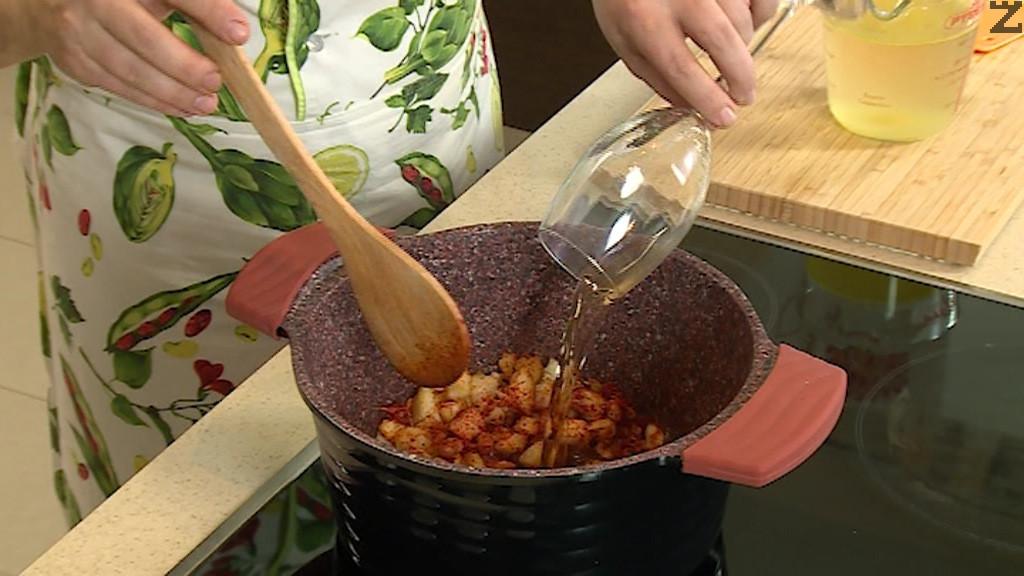 Тогава се поръсват с червен пипер и след секунди се налива вино и буьлон.
