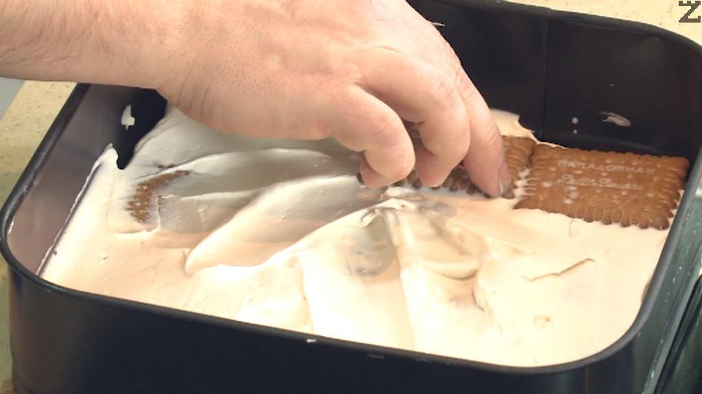 В квадратна тавичка се нанася фин пласт от крема. В останалто прясно мляко се потапят няколко биквити и редят на дъното. Покриват се с крем, върху тях се слага нов ред напоени с мляко бисквити, крем, отново се слагат бисквитии накрая се намазва с крем.