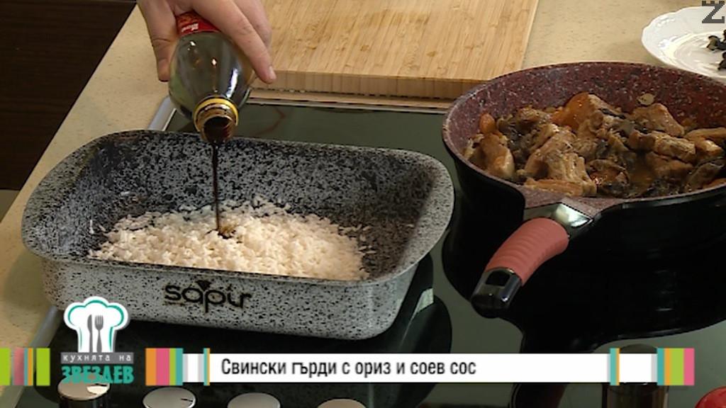 След това се отцежда от водата и слага в тава, полива се със 2 с.л. соев сос и се слага задушеното месо.