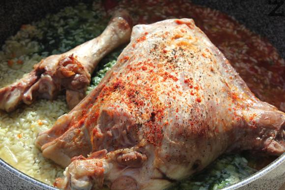 Внимателно се налива останалия бульон. Слага се изпеченото агнешко и ястието се допича в слаба фурна на 160 С за 25 минути.