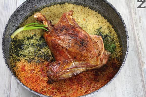 Накрая месото се поръсва с малко джоджен и се намазва с половината масло, останалата част от маслото се поставя на парченца върху ориза. В чиния се слагат по три лъжици от всеки вид ориз и до него се слага парче агнешко. Декорира се с пресен лук и сервира.