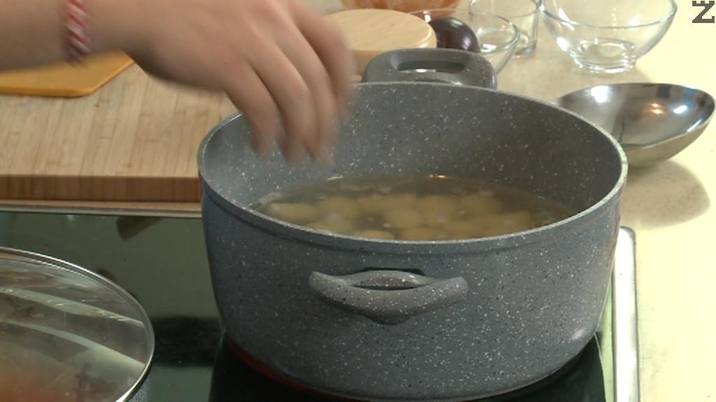 Слагат се в кипяща подсолена вода в която се наливат 2 лъжици олио.