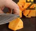 Нарязваме тиква на кубчета. Изстискваме парчетата тиква, морков и селъри в центрофуга за зеленчуци.