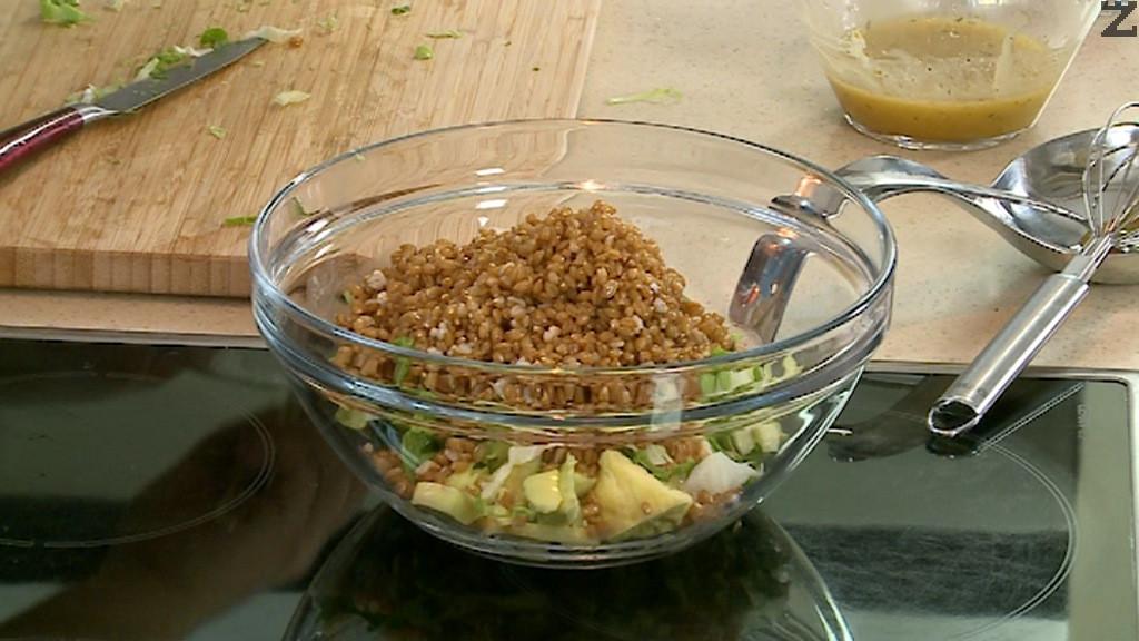 Авокадото се нарязва на кубчета, доматите на дребно, зеленатa салата на ивици. Разбъкрват се с охладения лимец.