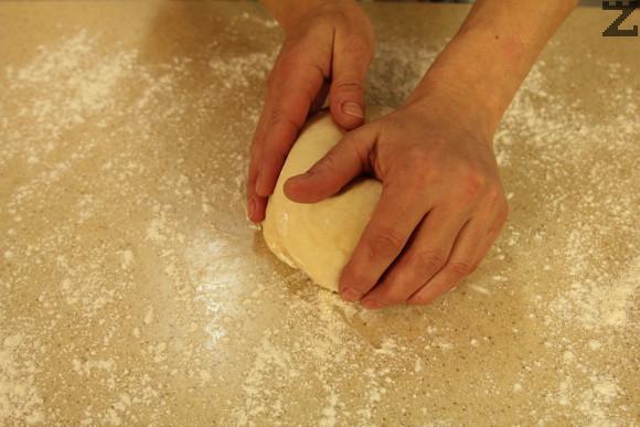 Брашното се пресява и размесва с мая. Млякото и водата се затоплят до 35-36 С. Смесват се заедно със сол, захар олио и кисело мляко. Добавят се при брашното и се омесва меко тесто.
