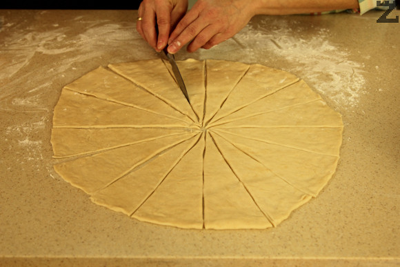 Оставя се да отпочине за 10 минути. Тестото се разточва на тънка кора. Кората се нарязва на 16 триъгълници.
