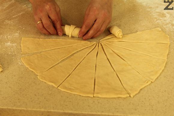 В основата на всеки се слага по малко крема сирене. Завиват се кифлички като се започне от основата към върха.