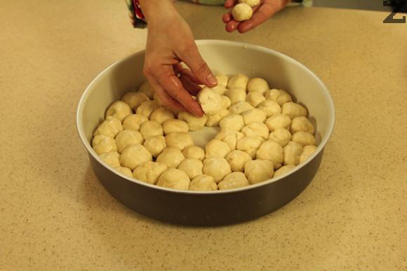 След това се разделя на фитили и от тях се режат и оформят топчета с големината на едър лешник.