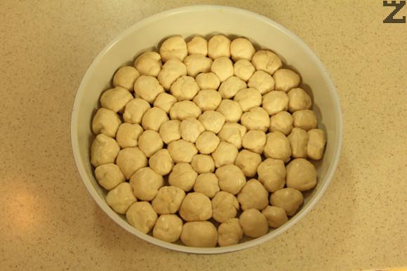Нареждат се в намаслена тава с големина 28 см. Оставят се добре да втасат докато удвоят обема си.