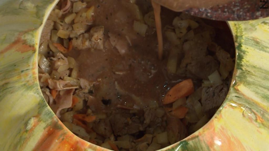 Нишестето се разтваря с 2 с.л. вода и сипва в соса. Оставя се да се сгъсти. Сипва се в готовото ястие в гювеча.Връща се във фурната и се запича за 10-15 минути. След което е готово.