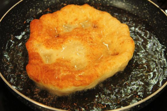 Слагат се в загрято до 170℃ олио да се пържат по една две минути от всяка страна. Изваждат се и сервират със мед, сладко или сирене.