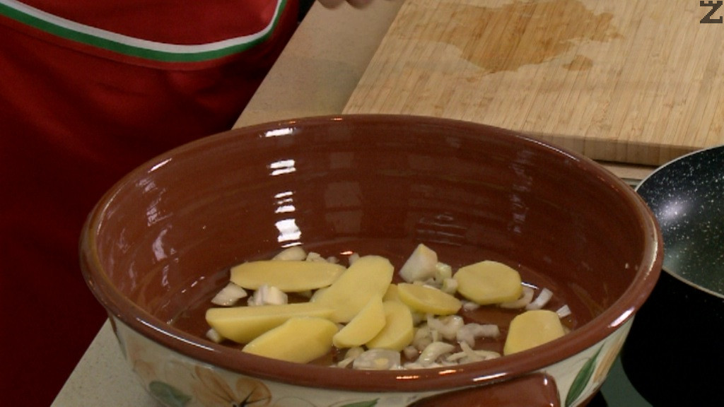 Една глава лук се нарязва на едри кубчета, слага се в глинен гювеч - тава. Полива се с олио, 1/4 ч.л. сол и щипка захар.
