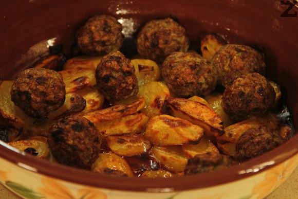 Гювеча се връща във фурната и се пече между 45 - 60 минути на същата температура или докато картофите се изпекат.