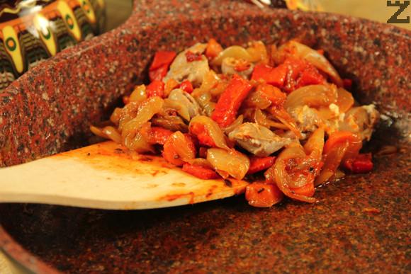 Към него се добавя домат и нарязана на дребно чушка. Подправя се с чубрица и магданоз. Кавърмата се разпределя в две гювечета, покрива се със сварени воденички и настърган кашкавал.