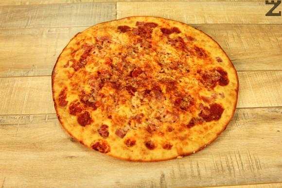 Пицата се пече в предварително затоплена фурна на 200 ℃ за 20 минути.