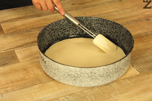 Готовото тесто се сипва в намаслена тава с гоелмина 36 см. Оставя се за 10 минути да почине.