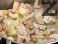 Задушаваме нарязани на ситно кромид лук и печурки, докато лукът се зачерви. Добавяме сол и черен пипер.