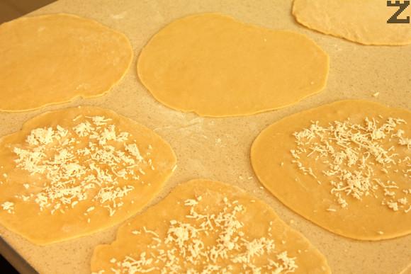 Всяка кора се намазва с меко масло и поръсва със ситно настъргано сирене.