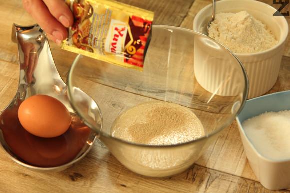 Млякото се затопля до 35 ℃ и слага в купа. Поръсва се със захар , мая и разбърква. Добавят се яйца, олио и сол.