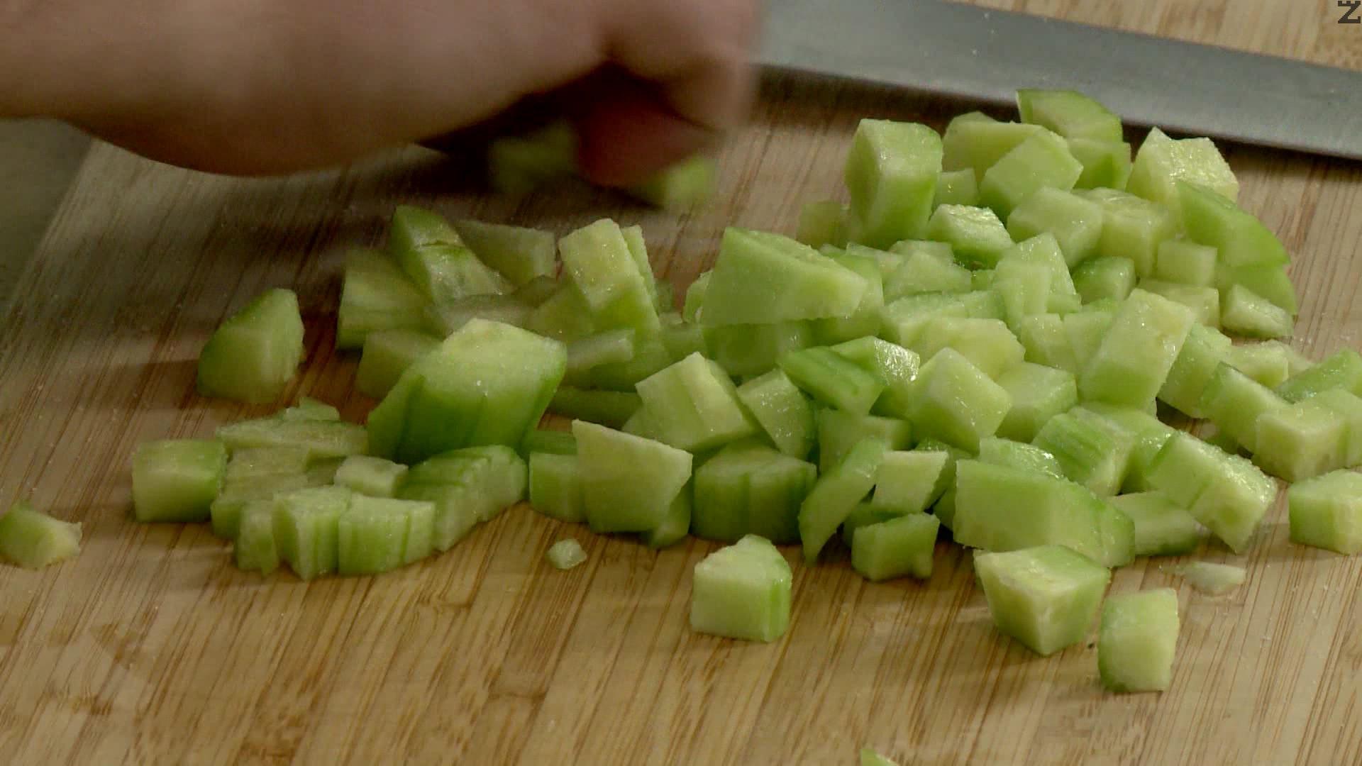 Краставицата се обелва и нарязва на малки кубчета. Посолява се и тогава се слага при киселото мляко.