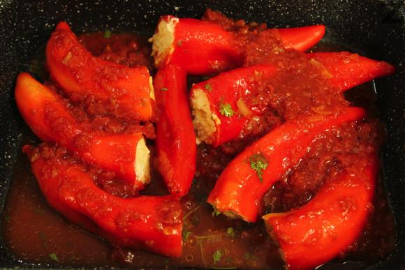 Кипва се и с този сос се поливат пиперките. Слага се дребно нарязан магданоз. Ястието се пече на 180 ℃ в предварително затоплена фурна за 30 минути.