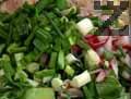 Нарязваме репичките на дребно, краставицата - на кубчета, а пресния лук - на колелца и разбъркваме. Сваряваме яйцата за 13-15 мин.