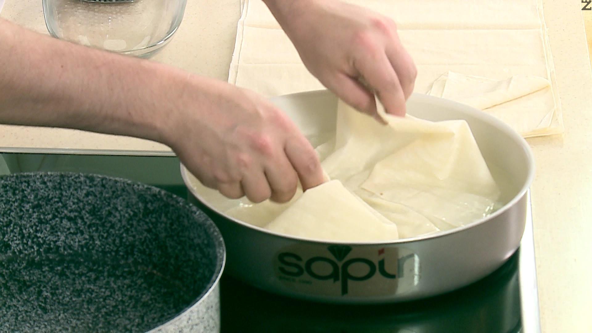 Всяка кора се потапя ( къпе ) в топла вода за много кратко и веднага се изважда, слага се в тава с размер 30 см, намазана с масло.