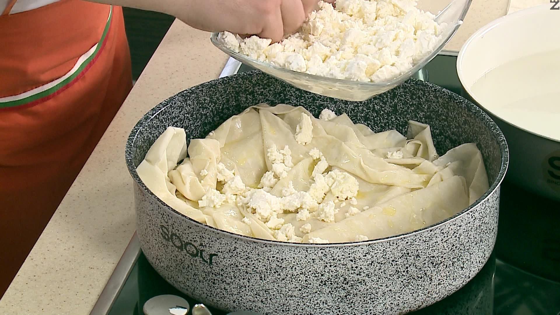 """Отгоре се редят две """" къпани кори """", намазват се с масло, слага се останалото сирене и останлите """" къпани кори """" намазани с масло."""