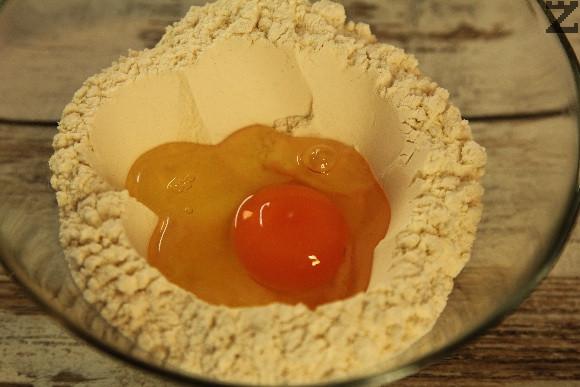 Брашното се пресява в купа, оформя се кладенче в средата и в него се разбиват яйцата заедно с 400 мл топла вода, олио и сол.
