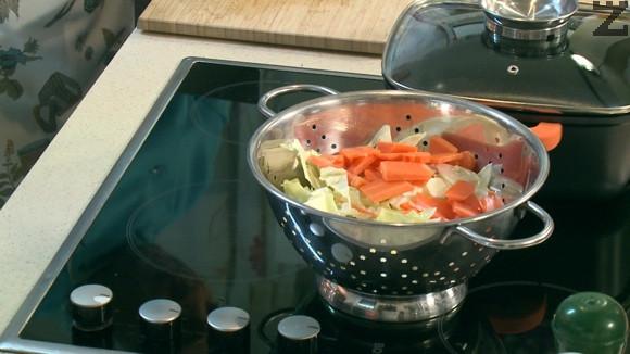 Зелето се реже на квадратчета, моркова на резени, корнишоните на колелца.