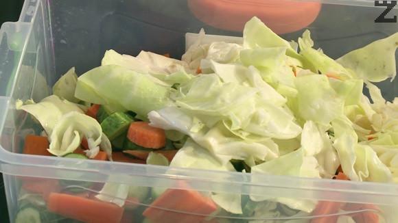 Зеленчуците се посоляват с 2 с.л. сол, разбъркват се и оставят за 10 минути. След това се отцеждат и притискат добре с ръце да за да се отцедят от течноста.