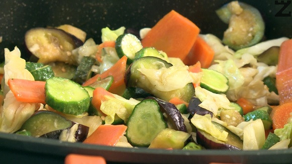 Продуктите за марината се кипват в тенджера. Осолените зеленчуци се стисткат с ръце да се отцеди техния сок и тогава се слагат в тенджерата заедно с патладажана, джинджифил и комбу.