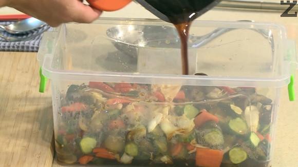 Оставят се докато маринатата заври отново. Тогава се прецеждат през гевгир. Маринатата се връща в тенджерата и се вари 5 минути за да се сгъсти. Зеленчуците се заливат със сгъстената марината, оставят се да се охладят и са готови. Съхраняват се в хладилник