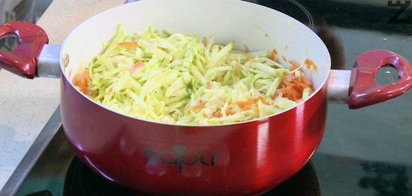 Лукът се реже на ситно, моркова се настъргва на едро. Загрява се 6 с.л. олио в тенджера и за 5 минути се задушават на слаб огън зеленчуците под капак.