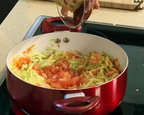 Тиквичките се настъргват на едро ренде, доматите е обелват и режат на дребно. На дребно се нарязва и чесъна. Към задушените моркови и лук се добавят чесън,домати тиквички, доматено пюре.