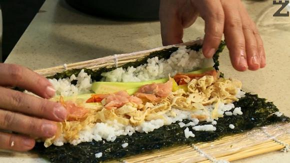 Върху лист печени кори нори се слага пласт ориз с дебелина половин пръст. Редят се моркови, краставица, ряпа омлет и накъсана н ивички пушена сьомга.
