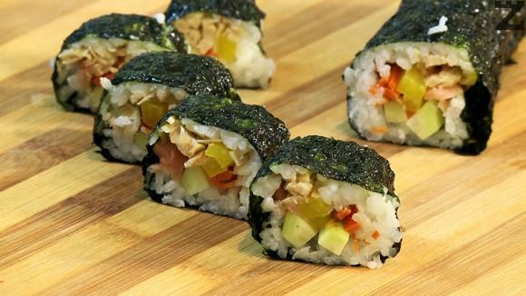 Навива се руло с рогозка за суши и се нарязва на 8 парчета за да се сервира. Поднася се със леко солен соев сос.